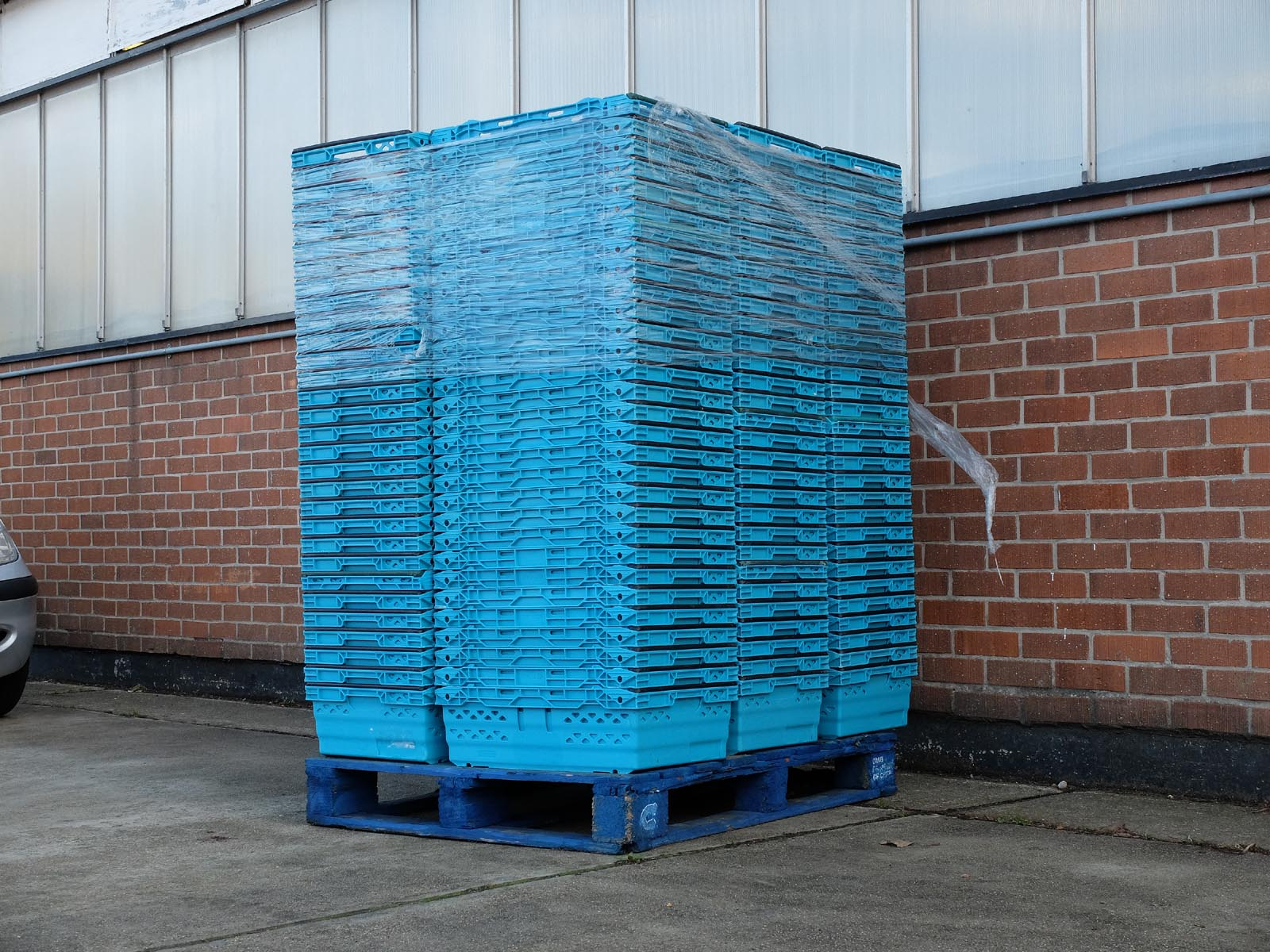 165 per pallet these trays are the work horse of the UK supermarket retail operation and logistics struction. Ventilated with two bail arms allowing stacking and nest.