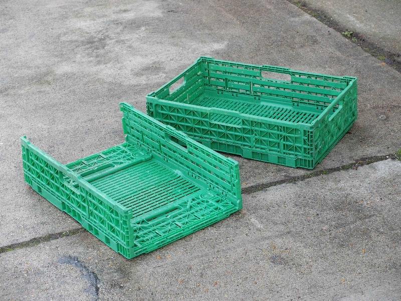 Used in all european supermarket logistics operations these trays are ideal space savers. Compatible with all UK /Euro pallets. These trays are in good condition clean with Folding mechanisms working as normally.